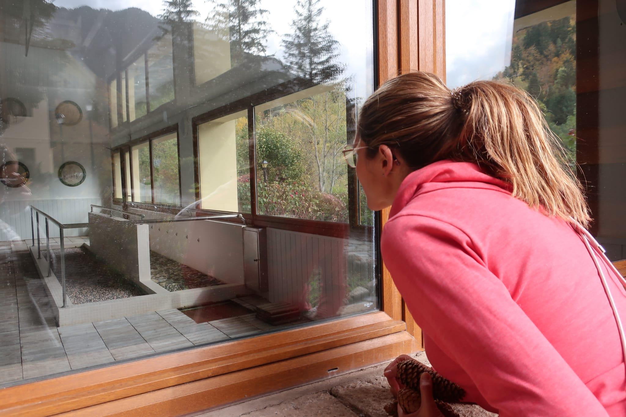 L'Anna observant el balneari de Caldes de Boí